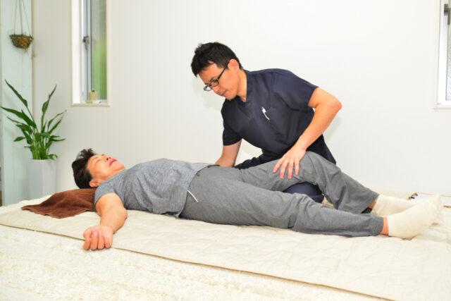 股関節の痛み施術風景