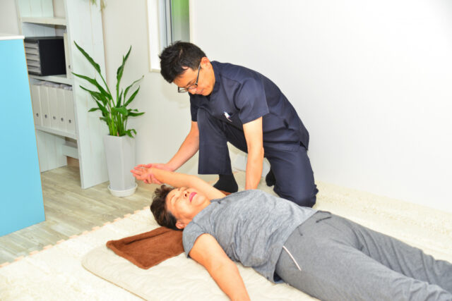 肩甲骨痛み施術