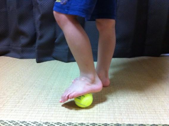 足裏のむくみや痛み解消!『テニスボールの足裏ストレッチ』
